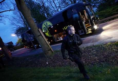O ônibus do Borussia Dortmund ficou danificado após explosão a caminho do estádio da equipe para disputar partida válida pela Liga dos Campeões