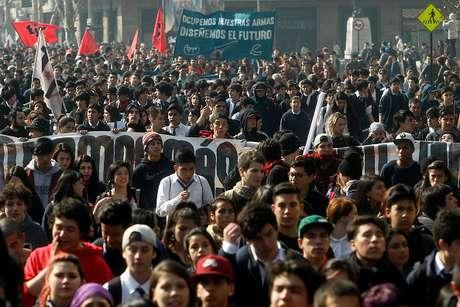 Miles de estudiantes marchan contra proyecto de ley de educación superior — Chile