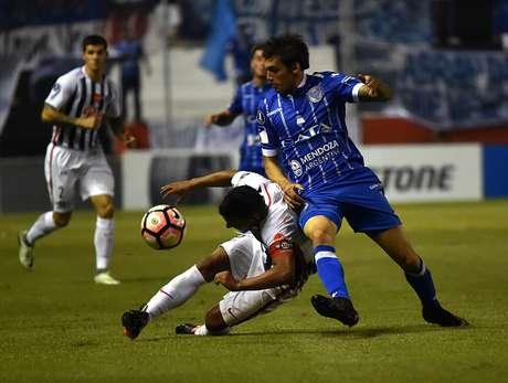 Godoy Cruz derrota 1-2 a Libertad y lidera su grupo