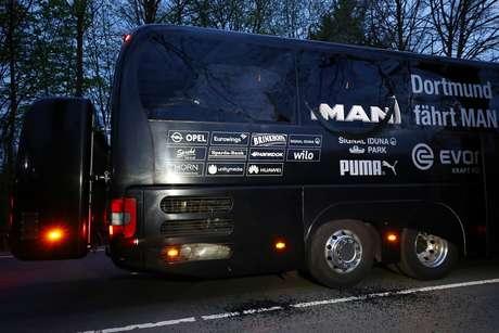 Explosões provocaram danos no ônibus que levava a equipe do Borussia Dortmund; o zagueiro Bartra acabou ferido no punho com estilhaços do vidro