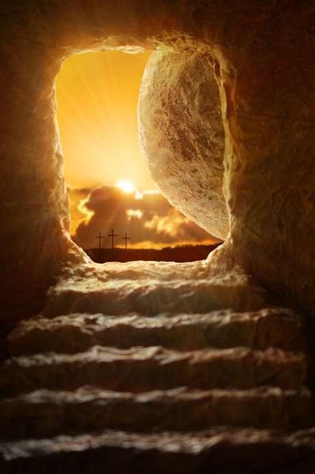 A imagem de um túmulo vazio representa a ressurreição de Cristo, celebrada no Domingo de Páscoa.