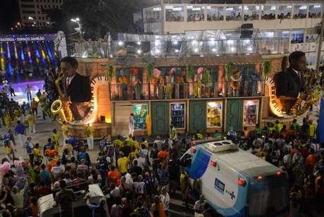 Estrutura de carro alegórico quebrou deixando feridos no desfile da escola de samba Unidos da Tijuca no carnaval 2017