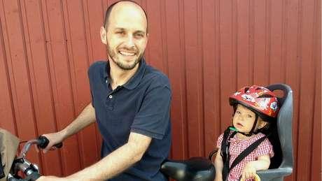 Antonio Carlos LaCava, de 37 anos, vive na Suécia há dez anos, e conta com pioneirismo do país europeu na legislação para cuidar da filha