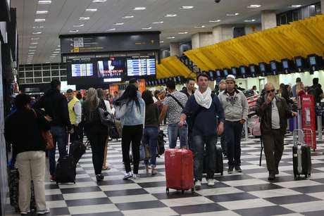 Movimentação de passageiros no Aeroporto de Congonhas, zona sul de São Paulo (SP), na manhã desta quinta-feira (13), saída para o feriado da Semana Santa.