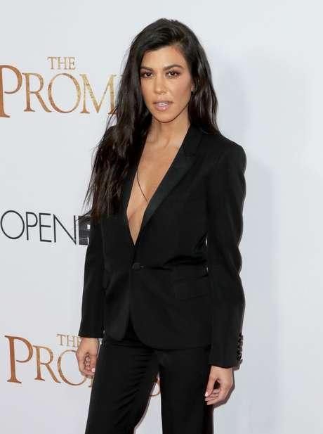 El escote de Kourtney Kardashian en la premiere de 'The Promise'.