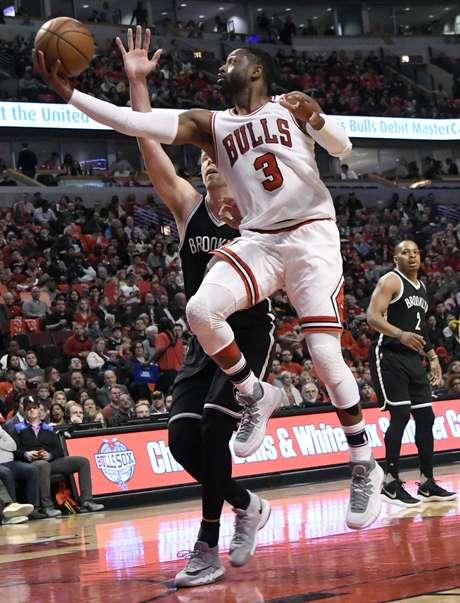 Dwyane Wade, de los Bulls de Chicago, salta para encestar frente a Justin Hamilton, de los Nets de Brooklyn, en el partido disputado el miércoles 12 de abril de 2017