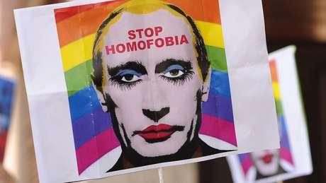 """Imagem de Putin usada em protestos contra leis anti-LGBT foi proibida pelo Ministério da Justiça russo e classificada de """"extremista"""""""
