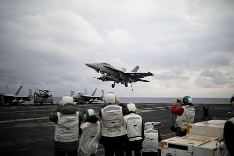 Caça F-18 aterrissa em porta-aviões dos EUA que opera no Mar do Leste, próximo a Coreia do Norte