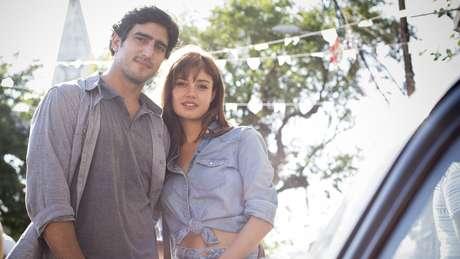 Renato Goés e Sophie Charlotte protagonizam a novela das 23h da Globo 'Os Dias Eram Assim', trama que se passa nos anos 70 na América do Sul