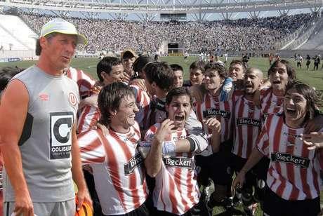 Pedro Troglio dirigó a Gimnasia en una histórica caída ante Estudiantes, donde estaban Juan Sebsatián Verón, Juan Cominges y Pablo Lugüercio.