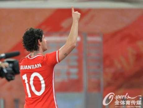 Em bula cruzada, Patou marcou seu primeiro com a camisa do Tianjin Quanjian(Foto: Reprodução/Sina.com)