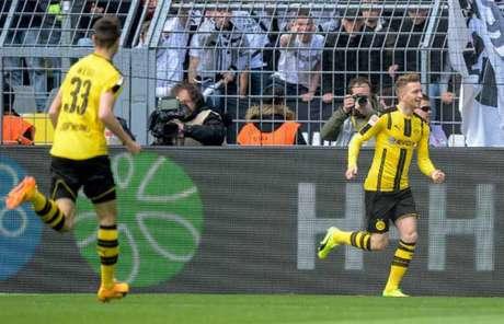Sabe muito! Reus voltou de lesão e já marcou (Foto: SASCHA SCHUERMANN / AFP)