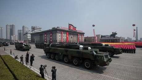 """O desfile do """"Dia do Sol"""", que comemora o nascimento do fundador do país, é o momento em que a Coreia do Norte exibe todo seu arsenal militar; o último aconteceu neste sábado"""