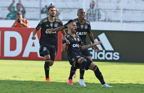 Jefferson comemora o gol que marcou na vitória da Ponte Preta por 3 a 0 sobre o Palmeiras, em Campinas (SP)