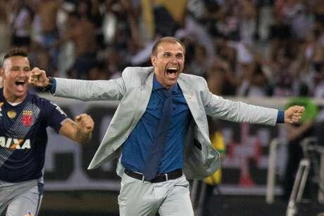 Milton Mendes comemora a conquista da Taça Rio pelo Vasco