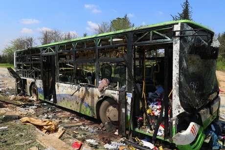 Os ônibus que carregavam sírios evacuados das zonas de conflitos ficaram destruídos
