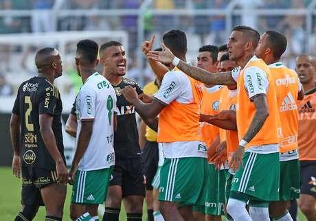 Partida teve 'empurra-empurra' entre Pottker e jogadores do banco de reservas do Palmeiras