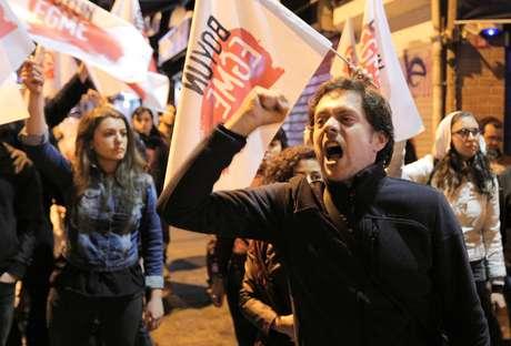 Milhares de pessoas saíram às ruas pela Turquia para protestar contra o resultado do referendo