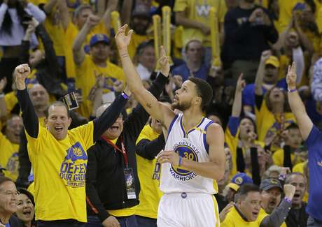 Stephen Curry (30) de los Warriors de Golden State tras anotar contra los Trail Blazers de Portland, el domingo 16 de abril de 2017