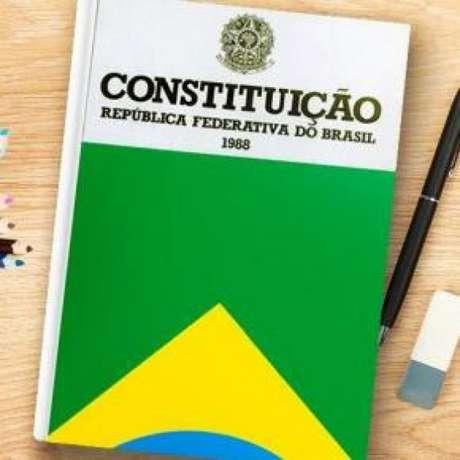 A Lei Eleitoral 9604 prevê que os candidatos tenham nacionalidade brasileira, pleno exercício dos direitos políticos, filiação partidária de pelo menos seis meses, idade mínima de 35 anos e a chamada desincompatibilização - não ter ocupado cargo público há pelo menos seis meses.
