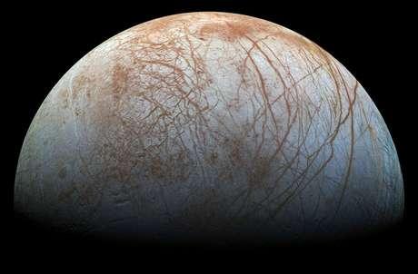 Europa, lua de Júpiter, tem um oceano de água salgada sob uma grossa camada de gelo