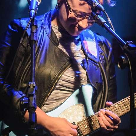 Cantora, compositora e guitarrista, Labaq, em show solo