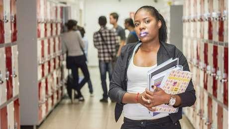 Demitida em 2016, Bárbara Lourenço passou a omitir dados no currículo após saber que 'tinha qualificações demais para a vaga em um momento de crise'