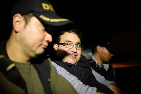 Atacan a Javier Duarte al salir de audiencia en Guatemala
