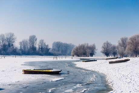 Rescatan a un pescador anciano que cayó a un rio congelado en Estonia