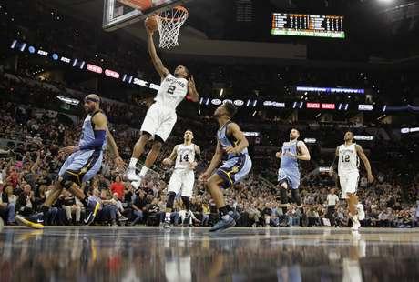 Kawhi Leonard, alero de los Spurs de San Antonio, anota frente a los Grizzlies de Memphis, en el segundo juego de la serie de playoffs entre ambos equipos, el lunes 17 de abril de 2017