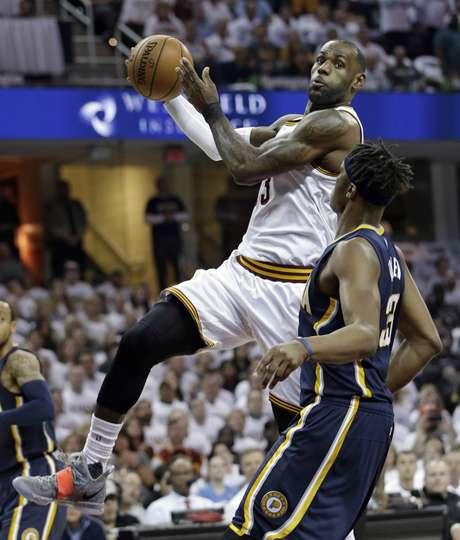LeBron James de los Cavaliers de Cleveland avanza con el balón ante Myles Turner (33) de los Pacers de Indiana, el lunes 17 de abril de 2017