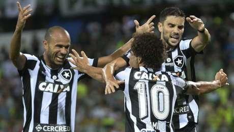 Jogadores alvinegros comemorando um dos gols no triunfo por 2 a 0 dentro da Colômbia (Foto: Agência AFP)