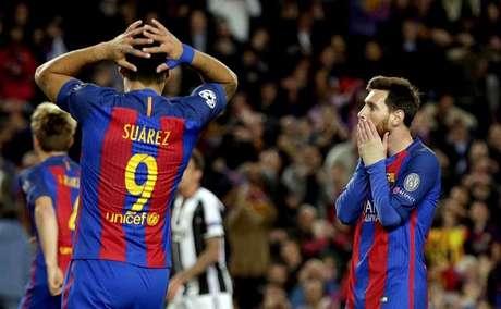 Leo Messi y Luis Suárez se lamentan de una ocasión perdida durante el partido
