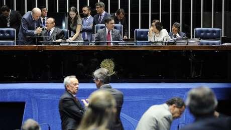 Congressistas buscam forma de articulação por 'sobrevivência' da classe política após lista de Fachin