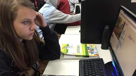 Estudantes de 15 anos no Brasil passam mais de três horas (190 minutos) por dia na internet fora da escola