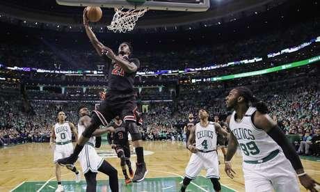 Jimmy Butler, alero de los Bulls de Chicago, encesta ante los Celtics de Boston, en el segundo juego de la serie de playoffs entre ambos conjuntos, disputado el martes 18 de abril de 2017