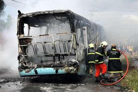 Ônibus incendiado em Fortaleza (CE), nesta quarta-feira (19). Segundo a Secretaria de Segurança Pública e Defesa Social do Ceará (SSPDS), 14 veículos foram alvos de ataques