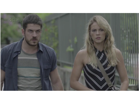 """Em """"A Força do Querer"""", Zeca (Marco Pigossi) protege Jeiza (Paolla Oliveira) e leva tiro!"""