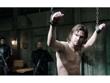 """De """"Arrow"""": Arqueiro Verde (Stephen Amell) pede ajuda em trailer dos episódios finais da 5ª temporada!"""