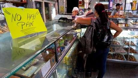 """Uma placa em um comércio em Caracas informa os clientes que """"não há pão"""""""