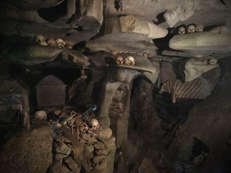 Nas várias cavernas da montanhosa região, são encontrados todos os tipos de ossos e esqueletos