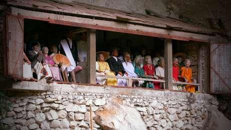 Outra tradição da região são os tau taus, imagens de homens e mulheres que morreram cuidadosamente esculpidas na madeira e decoradas com objetos pessoais
