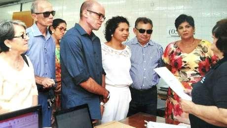 Roberto Guedes (de azul escuro ao centro) tem enfermidade rara marcada por redução extrema da quantidade de gordura no corpo