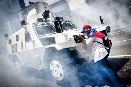 Mulher desconhecida ficou em frente a tanque durante manifestação em Caracas
