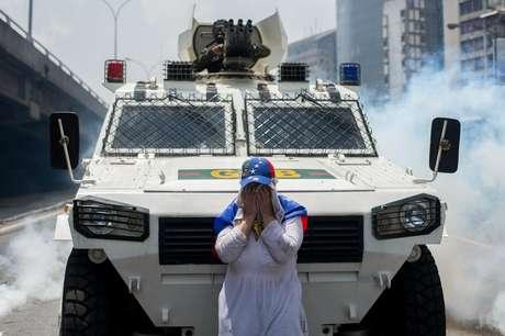 Enquanto ela não saía de frente do veículo, tinha que suportar bombas de gás lacrimogêneo lançadas em sua direção