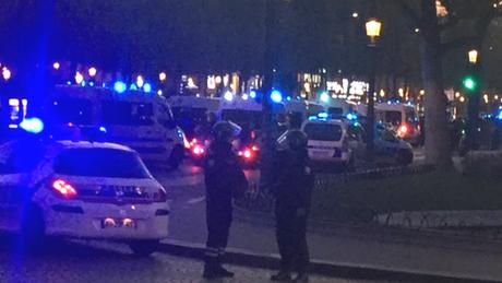 A Champs-Élysées, uma das principais avenidas de Paris, foi fechada após o tiroteio