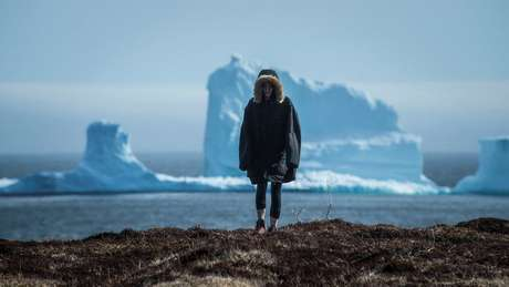 Turistas visitam Ferryland para ver de perto um iceberg