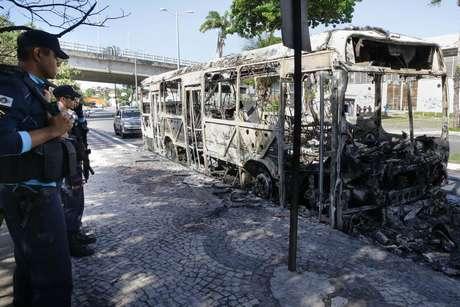 Ônibus incendiado Barra do Ceará, em Fortaleza (CE), nessa quarta-feira (19).