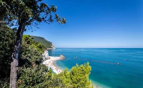 Panorama do mar e das montanhas no parque Monte Conero, na Itália