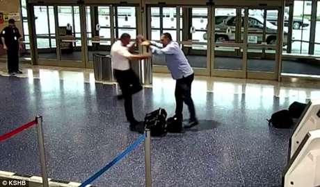 Pasajero de un vuelo le busca pelea a un piloto de American Airlines